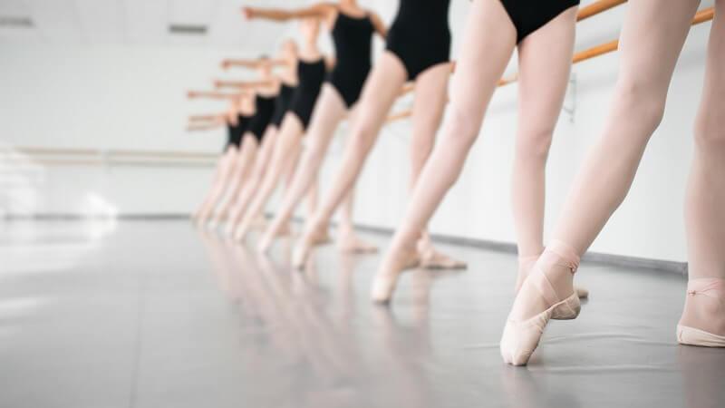Um Beschwerden zu vermeiden, sollte das Tanztraining nicht übertrieben werden - sehr wichtig sind zudem regelmäßige Dehnübungen