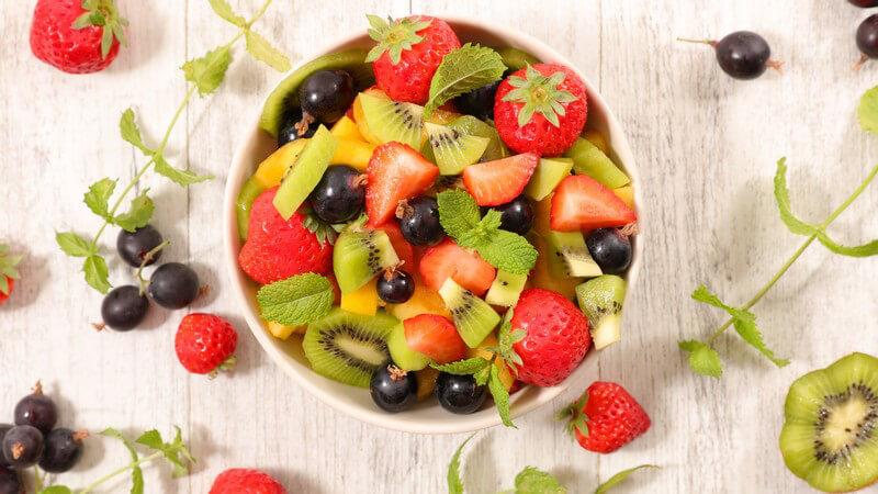 Ein Obstsalat kann man aus unzähligen Obstsorten zusammenstellen - ob einfach oder aufwändig, wir haben leckere Anregungen