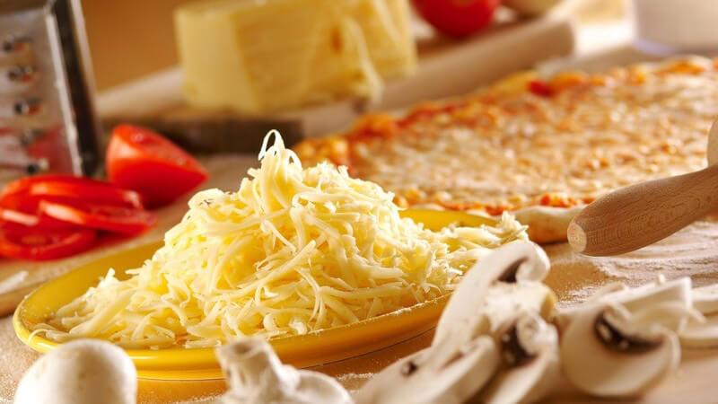 Eine Pizza kann man ganz nach Geschmack und sehr vielseitig belegen - typische Klassiker tragen italienische Bezeichnungen, wie Prosciutto, Calzone, Napoli oder Tonno