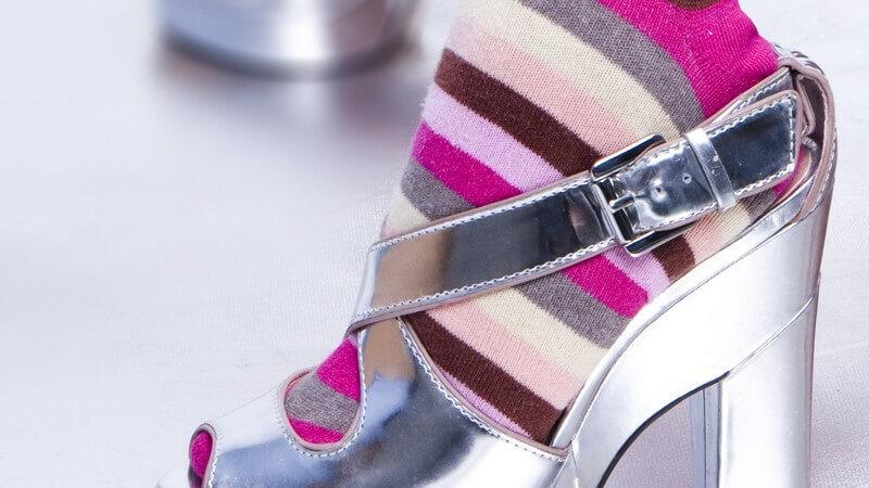 Kniestrümpfe werden zu Freizeitoutfits aller Art, aber auch zur festlichen Garderobe kombiniert