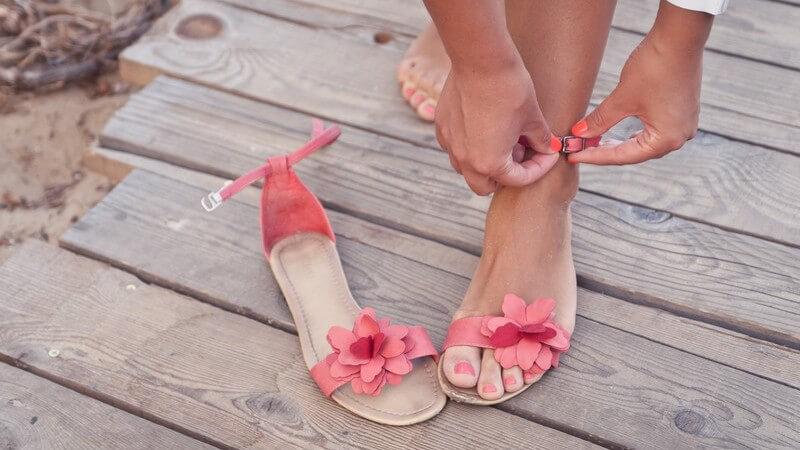 Wir verraten, worauf es bei Sandalen und sichtbaren Zehennägel im Businessbereich zu achten gilt