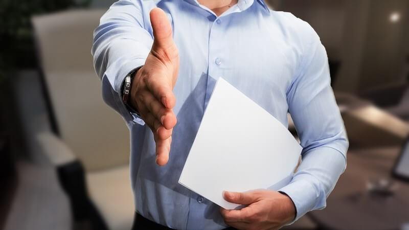 Wie spricht man beim Chef das Thema Gehaltserhöhung an und wie sollte man das Gespräch angehen? - Alternativ zur Gehaltserhöhung können auch einige Extras interessant sein