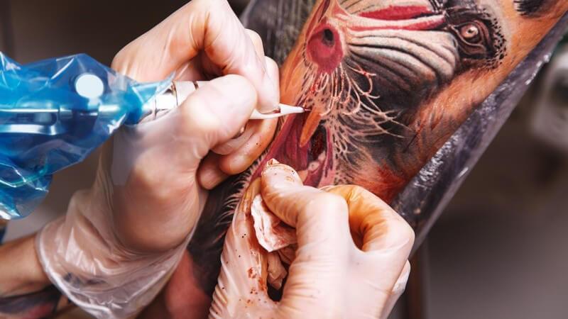 Wie eine Tätowierung im Tattoostudio abläuft, mit welchen Schmerzen zu rechnen ist und wie die Nachsorge aussieht
