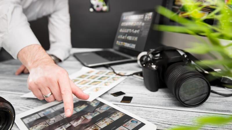 Bildagenturen vermarkten Fotomaterial - sie bestehen aus verschiedenen Abteilungen und bieten die Möglichkeit, seine Fotos dort anzubieten