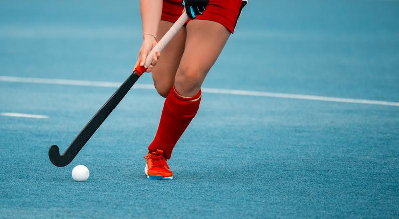 Das Hockeyspiel ist ein traditionsreiches Spiel, das überall auf der Welt und sowohl drinnen als auch draußen gespielt wird
