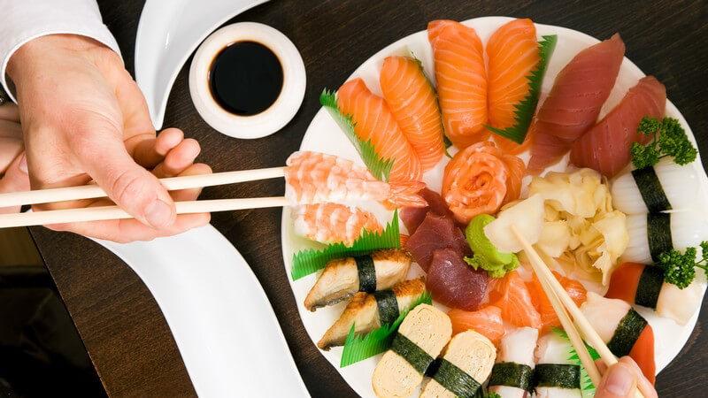 Als bekannteste Reisrollen gelten die so genannten Maki, die mit dem Nori-Blatt umwickelt werden; doch es gibt noch weitere Sushi-Varianten