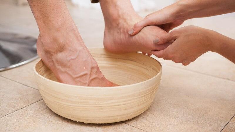 Das häufige Tragen von Absatzschuhen sowie eine angeborene Bindegewebsschwäche gelten als mögliche Ursachen