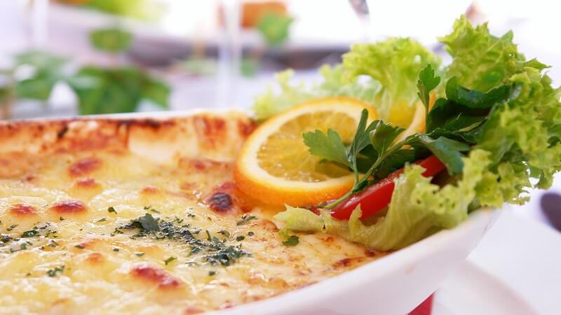 Man kann viele Gerichte mit Käse überbacken, beispielsweise ein Schnitzel oder auch Gemüse wie z.B. Auberginen - So wird die Kruste beim Überbacken goldbraun und knusprig