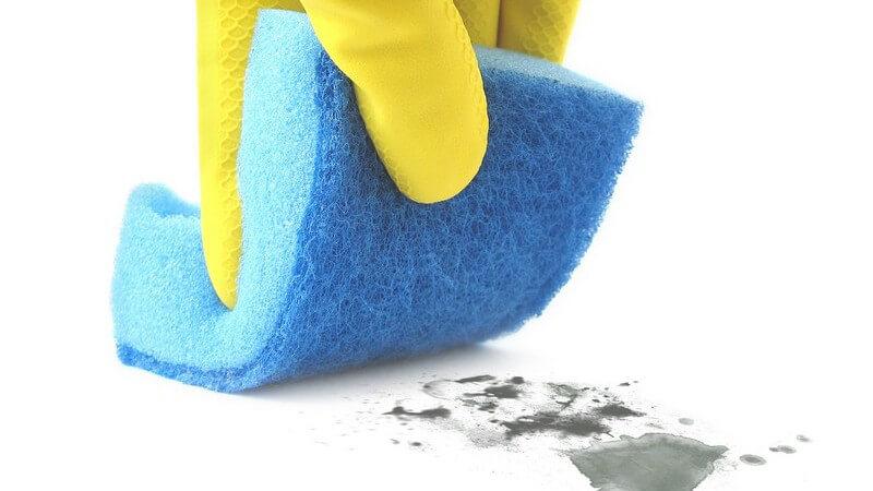 In vielen Fällen muss man eingebrannte Resten am Topfboden mit Scheuerschwamm oder speziellen Reinigern angehen