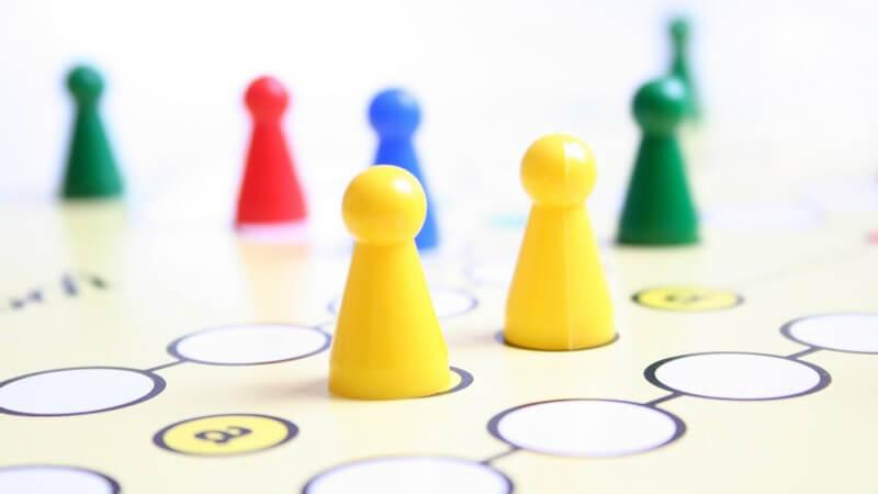 Auch wenn sie zum Teil ein wenig in Vergessenheit geraten sein dürften, sind Brettspiele bei Kindern sowie Erwachsenen, in klassischer oder neuzeitlicher Form, immer noch gefragt