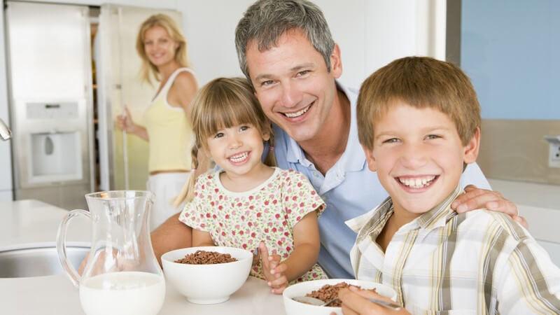 Nicht nur Genetik spielt eine Rolle - auch das Familienleben hat eine Auswirkung auf das Gewicht des Kindes, ebenso bestimmte Umweltfaktoren