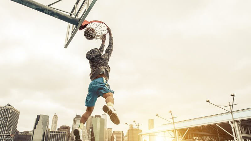 In diesem Artikel stellen wir Ihnen die wichtigsten Regeln und die beliebtesten Tricks des Streetballs vor