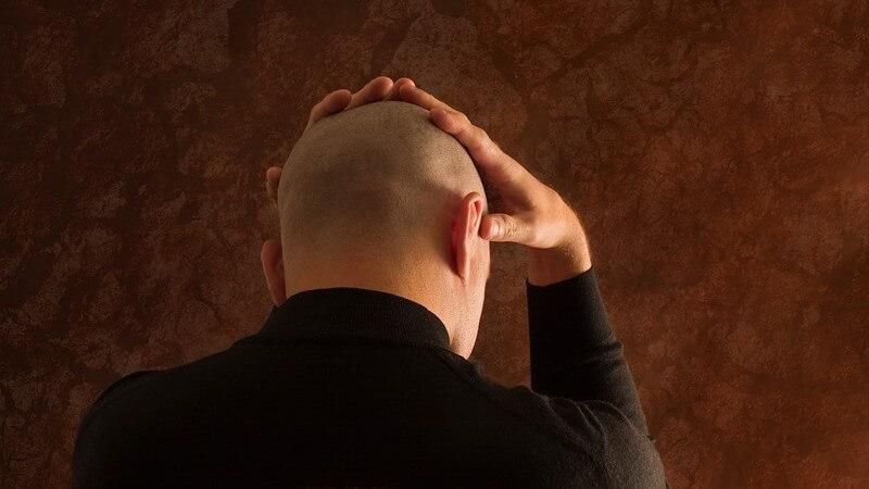 Beim diffusen Haarausfall werden die Haarwurzeln, beispielsweise durch Medikamente, stark geschädigt
