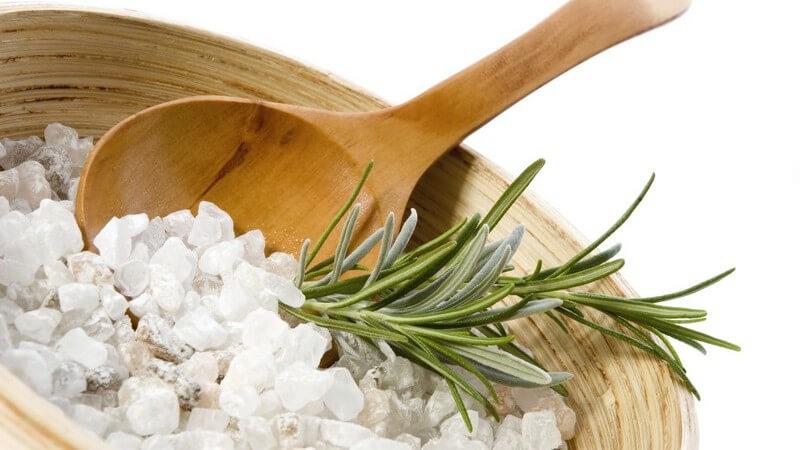 Verschiedene Sorten von Badesalzen, für Erholung und Entspannung beim Baden oder im Einsatz gegen Hauterkrankungen