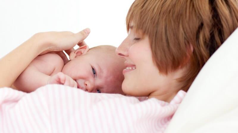 Wie man die Ausstoßung der Plazenta und Rückbildung der Gebärmutter fördern kann