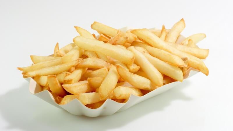 Pommes frites, der goldgelbe Genuss - besonders kalorienreich, besonders gesund - wer Fett sparen möchte, kann die Fritten auch im Backofen zubereiten