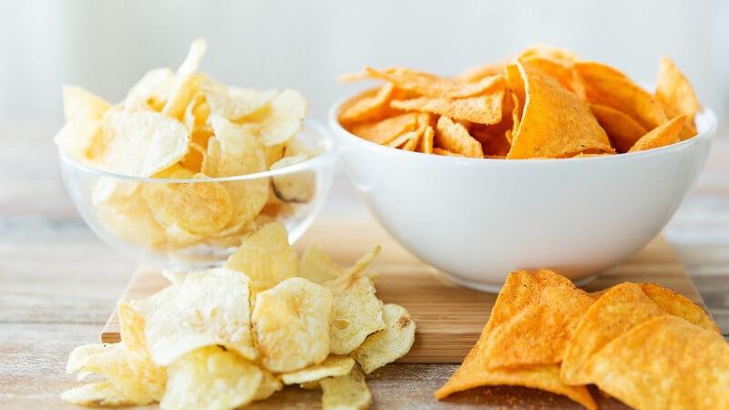 Die Nachos gehören zum beliebten Snack-Sortiment fest dazu - man kann sie mit einem Dip servieren oder auch in anderen Speisen verarbeiten