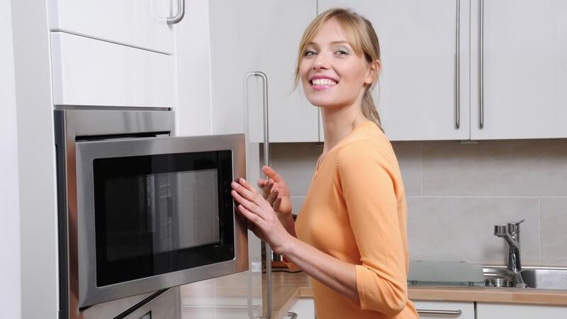 Mit einpaar einfachen Mitteln wird die Mikrowelle wieder blitzblank und auch unangenehme Gerüche werden entfernt