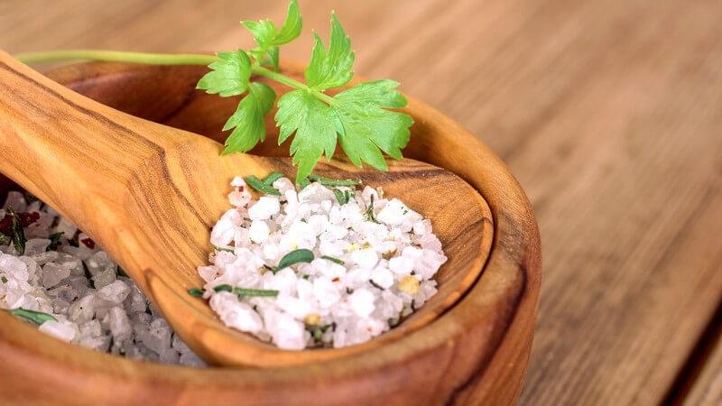 Besonders formschön und auch funktional ist ein Salatbesteck aus Holz, z.B. aus Olivenholz - bei der Reinigung sollte man einige Punkte beachten