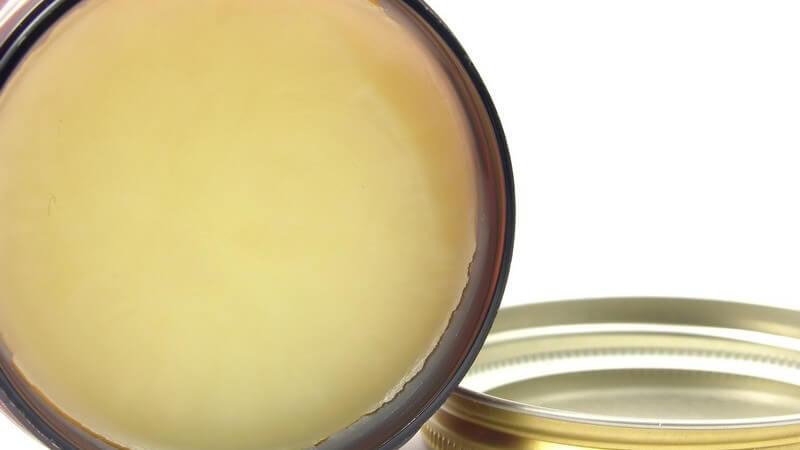 Trotz seiner hautschützenden Fähigkeiten besitzt Melkfett als Hautpflegemittel sowohl Vor- als auch Nachteile