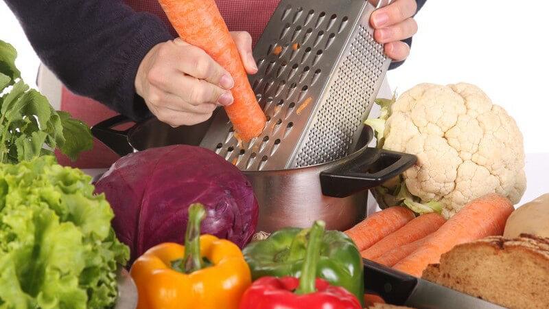 Reiben und Raspeln, wie etwa der Gemüsehobel, kommen in der Küche vielfältig zum Einsatz - nach der Nutzung sollte man sie wieder gründlich reinigen