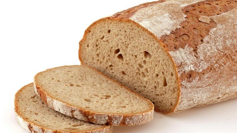 Ein Brot zu backen, ist mithilfe eines Brotbackautomatens gar nicht so schwierig - wir geben Tipps und ein paar leckere Rezepte