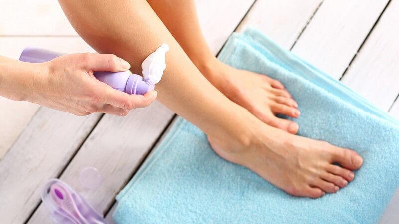 Auch Frauen verwenden speziellen Rasierschaum als Untergrund für eine ungefährliche Beinrasur