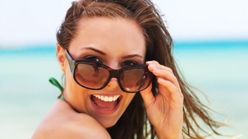 Denn im Sommer neigt Schminke dazu, schnell zu verlaufen oder die eh schon gestresste Haut zusätzlich zu belasten Aber deshalb auf ein Sonnenbad verzichten?
