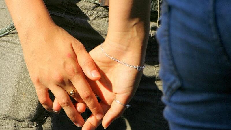 Warum Lesben in der Gesellschaft eher akzeptiert sind als Schwule