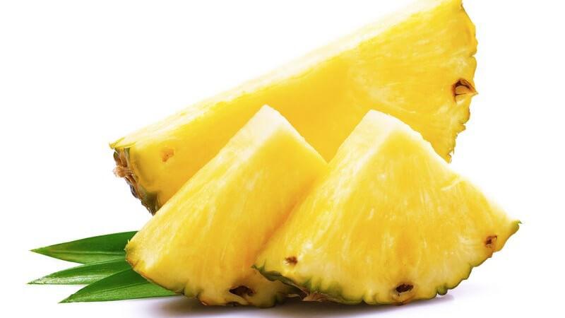 Für das Schneiden der Frucht empfiehlt sich ein großes und scharfes Messer