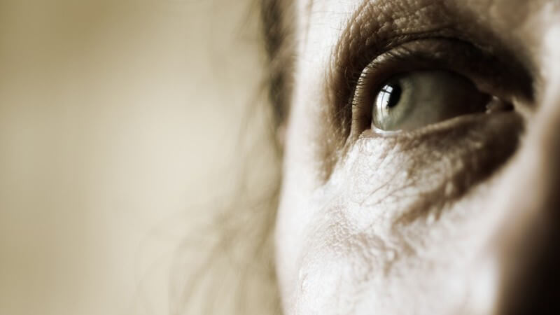 Die Lähmung des Augenmuskels setzt plötzlich ein, beispielsweise aufgrund von Durchblutungsstörungen oder Erkrankungen