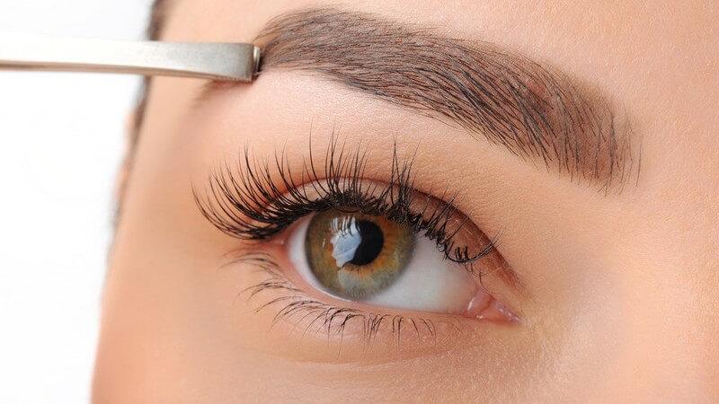 Wir stellen die verschiedenen Einsatzmöglichkeiten von Augenbrauenpinseln und erklären wofür man