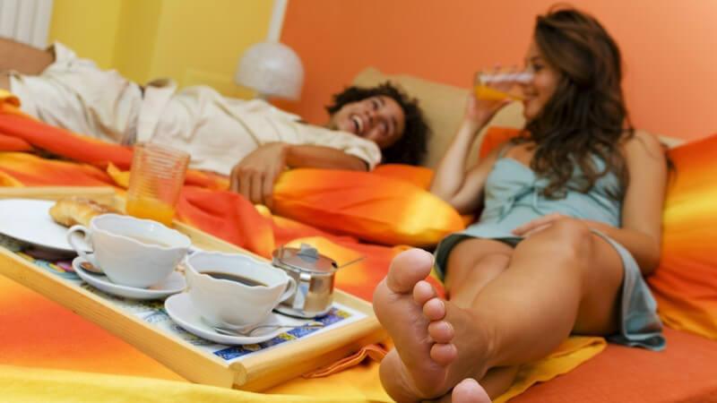 Das Klapp-Tablett hat ausklappbare Füße, sodass das Frühstück im Bett bequem im Sitzen stattfinden kann