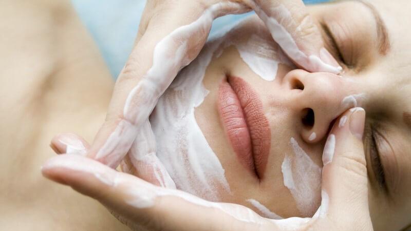 Für wen Feuchtigkeitsfluids sinnvoll sind, welche besonderen Feuchtigkeitsfluids es gibt, wie man sie richtig aufträgt und wie man sie als Grundierung für Make-Up verwendet