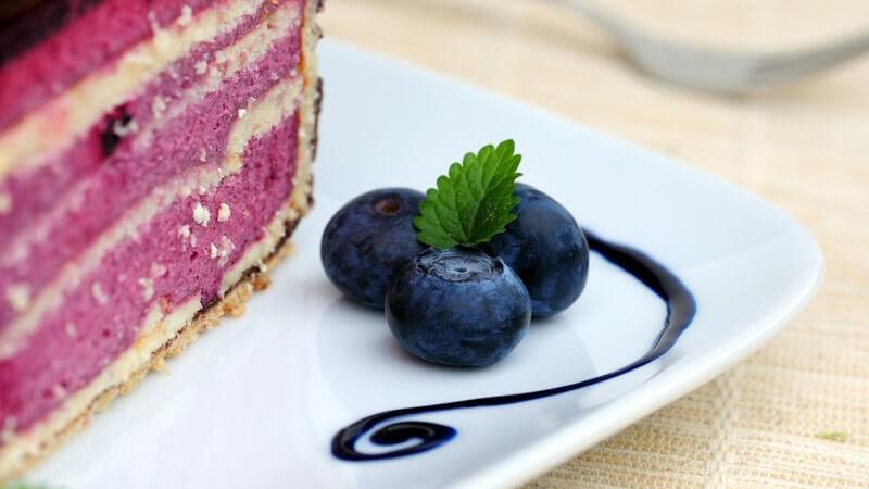 Zum Dekorieren des Tellerrands eignen sich je nach Speise z.B. Kräuter, Gewürze, Zucker, Saucen, Kakao, Pralinen, Blüten oder auch Gemüse
