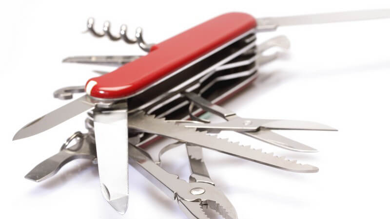 Schere, Pinzette, Schraubendreher und Co - ein Multifunktionsmesser hilft in sämtlichen Lebenslagen; ob ein Messer in Kinderhände gehört, sollten Eltern gut abwägen