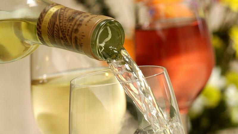 Frische und leichte Weine für den Sommer sollten bei acht bis zehn Grad Celsius gelagert werden