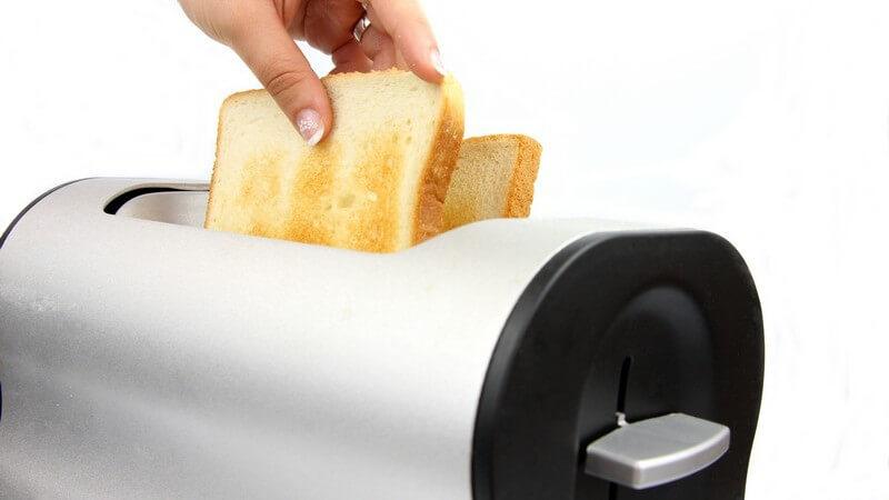 Der Toaster ist ein praktischer Küchenhelfer; er sorgt für geröstete Brotscheiben und mit den Aufsätzen kann man auch Brötchen toasten