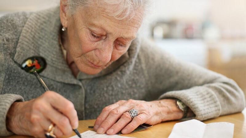Eine Trauerkarte schreiben: Wissenswertes zur Beileidsbekundung
