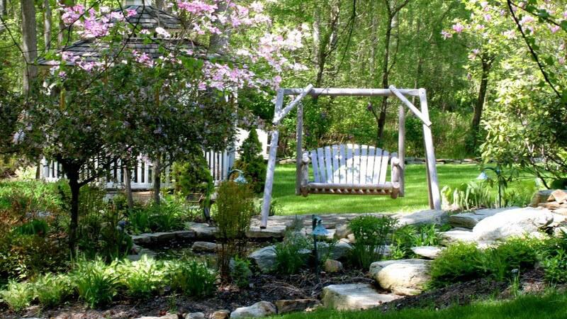 Für entspannte Stunden im Garten eignen sich Gartenschaukeln besonders gut - Bekannt und beliebt ist zum Beispiel die Hollywoodschaukel