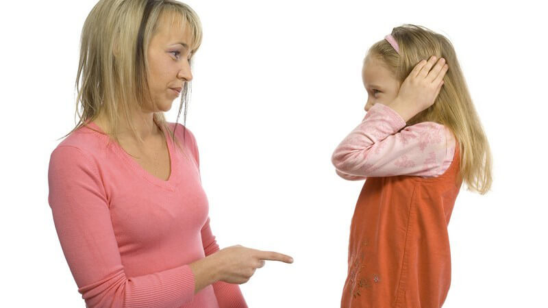 Wir geben Tipps, wie man Kindern Manieren beibringt - doch was zählt heutzutage eigentlich zum guten Benehmen?