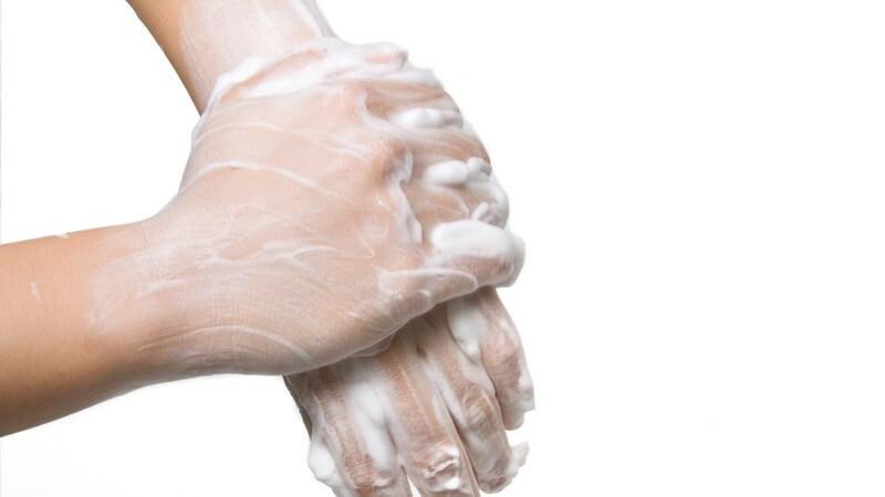 Die Angst vor Krankheiten oder Schmutz bringt Betroffene dazu, sich oder Gegenstände ständig zu reinigen