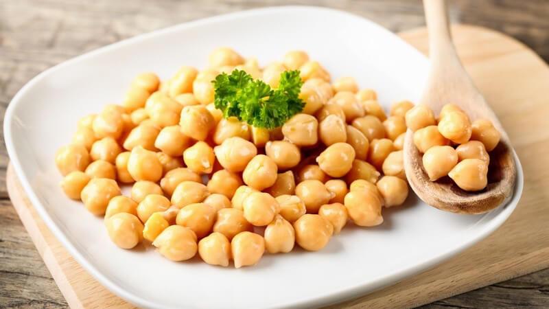 Kichererbsen lassen sich zum Beispiel in einer Suppe oder in Bratlingen verwenden