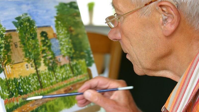 Sich im Ruhestand zu langweilien, ist eine weit verbreitete Angst - wir geben Tipps, wie ein glücklicher Ruhestand funktionieren und das Leben als Rentner aussehen kann