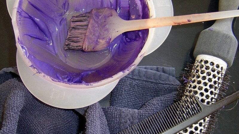 Lassen sich die Haare wieder entfärben? Und was tut man bei einem Grün- oder Orangestich?