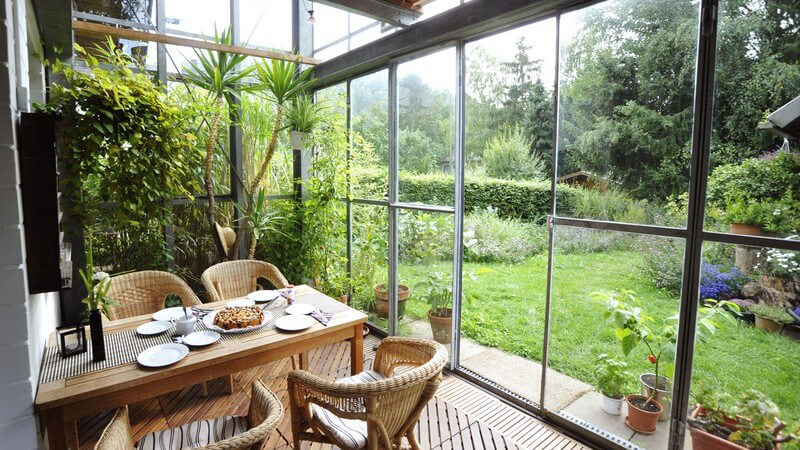 Neben dem Warmwintergarten gibt es auch den Kaltwintergarten, einen simplen Glasanbau - man kann einen Wintergarten bewohnen oder z.B. als Überwinterungsort für Pflanzen gestalten