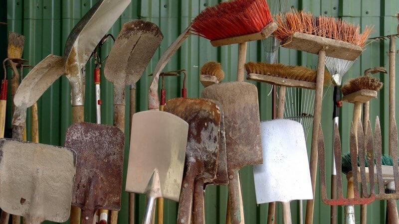 Je nachdem, wie groß der Garten und wie umfangreich die dortigen Tätigkeiten ausfallen, bedarf es unterschiedlicher Hilfsmittel und Gerätschaften