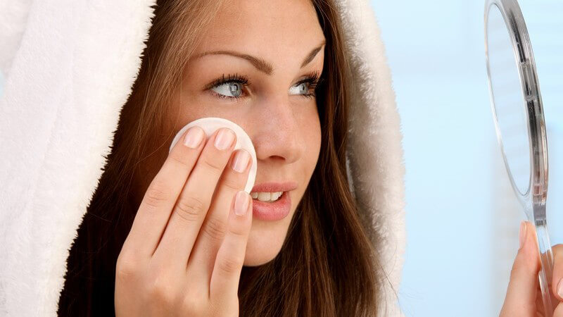 Wir verraten Ihnen, wie Sie trotz wasserfesten Produkten und/oder Kontaktlinsen Ihr Make-up effektiv entfernen
