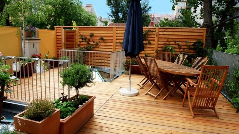 Balkonmöbel aus Holz, Kunststoff, Aluminium oder Metall weisen unterschiedliche Merkmale auf und benötigen verschiedene Pflegemaßnahmen