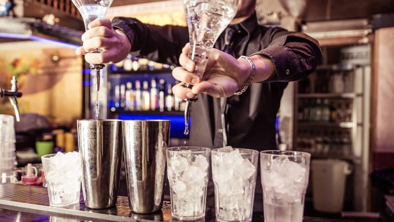 Aus dem Cocktailmixen einen unvergesslichen Abend gestalten